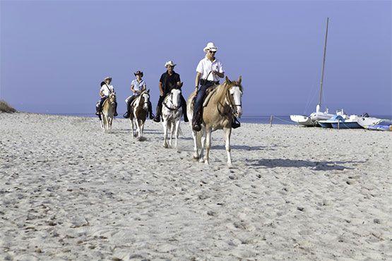 paseo a caballo por playa en cerdeña